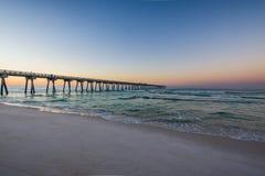 Peir på den Panama City stranden, Florida på soluppgång Arkivbilder