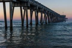 Peir an Panama-Stadt Strand, Florida bei Sonnenaufgang lizenzfreie stockfotos