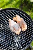 Peito cru da faixa da galinha que cozinha na grade do assado Fotografia de Stock Royalty Free