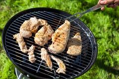 Peito cru da faixa da galinha que cozinha na grade do assado Imagens de Stock