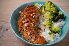 Peito de frango, arroz e brócolis de Glased como decoram Galinha no molho do vinagre balsâmico e do açúcar mascavado imagens de stock royalty free