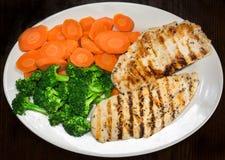Peito de frango, brócolis e cenouras grelhados em uma placa Fotografia de Stock Royalty Free