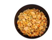 Peito de frango com arroz e vegetais em uma frigideira Vista superior Isolado Imagem de Stock