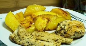 Peito de frango com batatas e as ervas roasted Fotos de Stock Royalty Free