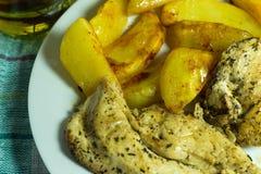 Peito de frango com batatas e as ervas roasted Imagem de Stock