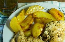 Peito de frango com batatas e as ervas roasted Fotografia de Stock