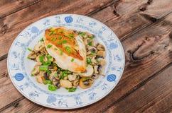 Peito de frango com cogumelos e cebolas da mola Imagens de Stock