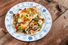 Peito de frango com cogumelos e cebolas da mola Fotografia de Stock