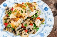 Peito de frango com cogumelos e cebolas da mola Imagem de Stock Royalty Free