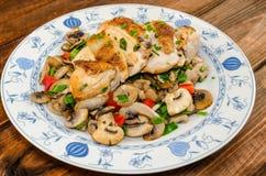 Peito de frango com cogumelos e cebolas da mola Imagens de Stock Royalty Free