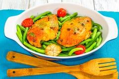 Peito de frango com feijões verdes, alho e tomates Foto de Stock Royalty Free