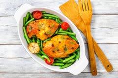 Peito de frango com feijões verdes, alho e tomates Fotografia de Stock Royalty Free