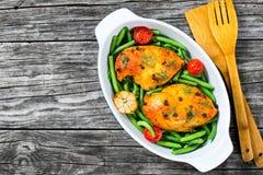 Peito de frango com feijões verdes, alho e tomates Imagens de Stock
