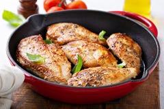 Peito de frango cozinhado em um frigideira foto de stock royalty free