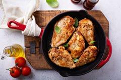 Peito de frango cozinhado em um frigideira fotos de stock royalty free