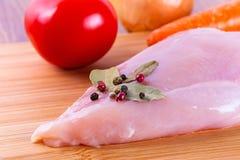 Peito de frango cru Fotos de Stock