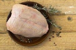 Peito de frango cru com pele Imagem de Stock Royalty Free