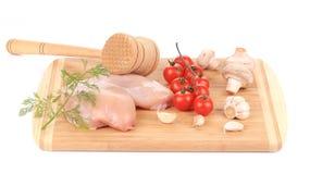 Peito de frango cru com tomates e cogumelos. Fotografia de Stock Royalty Free