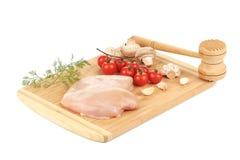 Peito de frango cru com tomates e cogumelos Fotos de Stock