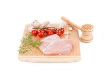 Peito de frango cru com tomates e cogumelos Imagens de Stock