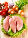 Peito de frango cru com vegetais Fotografia de Stock