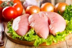 Peito de frango cru com vegetais Foto de Stock Royalty Free