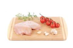 Peito de frango cru com vegetais Foto de Stock