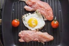 Peito de frango cru na bandeja com ovo Fotos de Stock