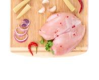 Peito de frango cru na bandeja de madeira Imagem de Stock Royalty Free