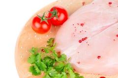 Peito de frango cru na bandeja de madeira Foto de Stock