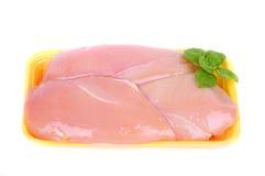 Peito de frango cru na caixa plástica amarela Fotos de Stock Royalty Free