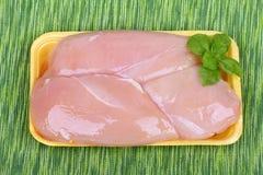 Peito de frango cru na caixa plástica Imagem de Stock