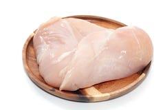 Peito de frango cru na placa de madeira Fotografia de Stock Royalty Free