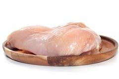 Peito de frango cru na placa de madeira Imagem de Stock Royalty Free