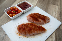 Peito de frango cru, temperado Foto de Stock Royalty Free