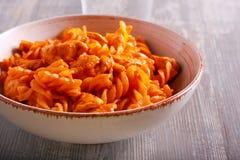 Peito de frango e massa no molho de tomate, servido Fotografia de Stock