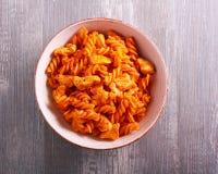 Peito de frango e massa no molho de tomate, servido Fotos de Stock Royalty Free