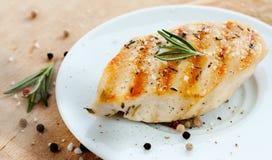 Peito de frango grelhado com alecrins na placa branca Imagens de Stock Royalty Free