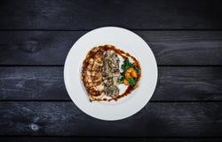 Peito de frango grelhado com cogumelos e espinafres fritados Foto de Stock