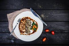 Peito de frango grelhado com cogumelos e espinafres fritados fotografia de stock royalty free