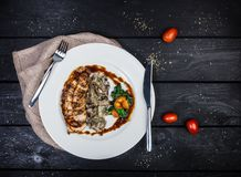 Peito de frango grelhado com cogumelos e espinafres fritados foto de stock royalty free