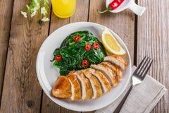 Peito de frango grelhado com espinafres imagens de stock