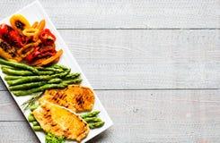 Peito de frango grelhado com legumes frescos Fotos de Stock Royalty Free