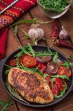 Peito de frango grelhado com salada verde da rúcula e dos vegetais em uma bandeja preta Fundo rústico de madeira Vista superior Foto de Stock Royalty Free