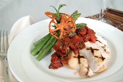 Peito de frango grelhado com uma cobertura e um aspargo do tomate Imagens de Stock Royalty Free