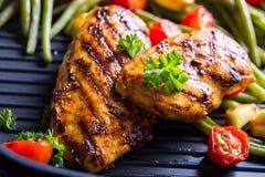 Peito de frango grelhado em variações diferentes com tomat da cereja imagem de stock