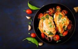 Peito de frango grelhado enchido com tomates, alho e manjericão na bandeja Fotos de Stock Royalty Free