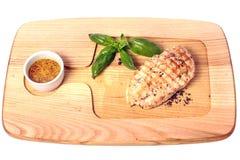 Peito de frango grelhado na placa de madeira com mostarda e manjericão Vista superior Isolado no branco fotografia de stock