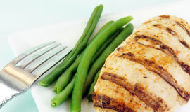 Peito de galinha e feijões verdes grelhados Imagem de Stock Royalty Free