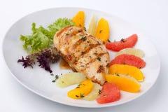 Peito de galinha e salada grelhados do citrino imagens de stock